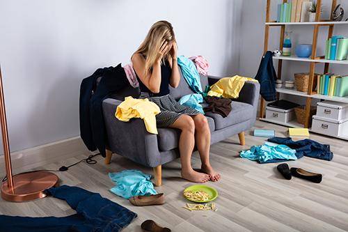 Frau auf Sofa unordnung